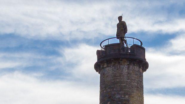 Die Statue oben auf dem Turm