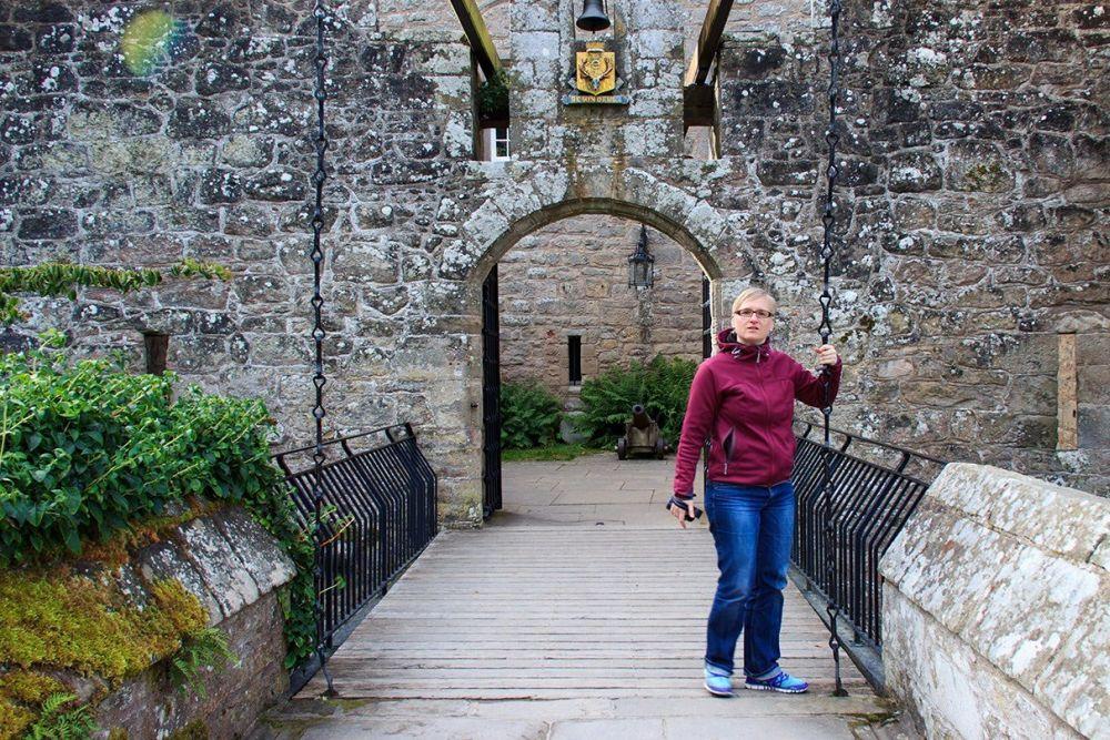 Katrin vor Cawdor Castle 2012