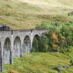 Der Jakobite Steam Train auf dem Viadukt von Glenfinnan