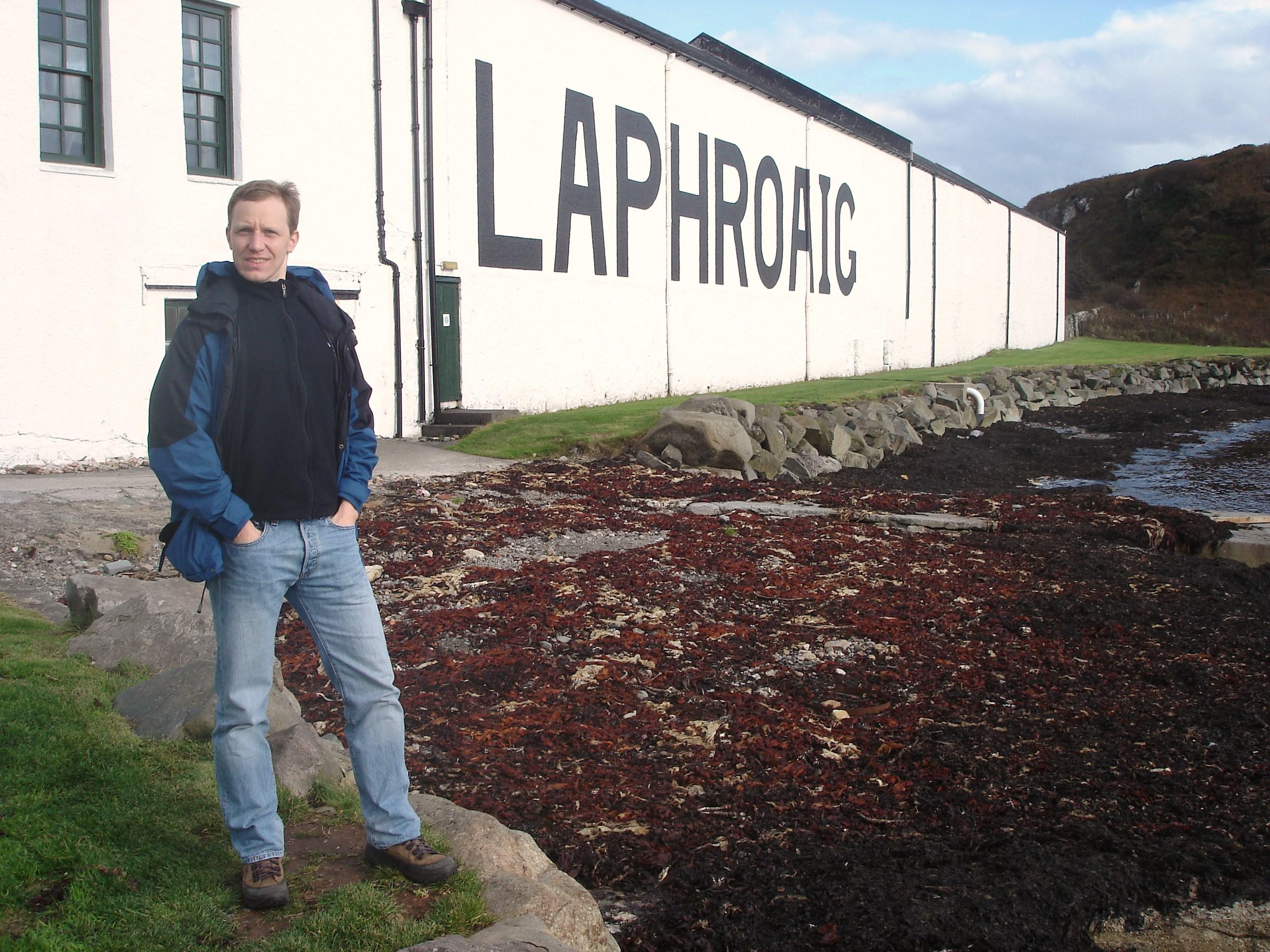 Stephan vor der Laphroig Destillerie