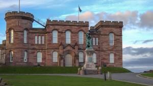 Inverness Castle mit Flora MacDonald-Monument