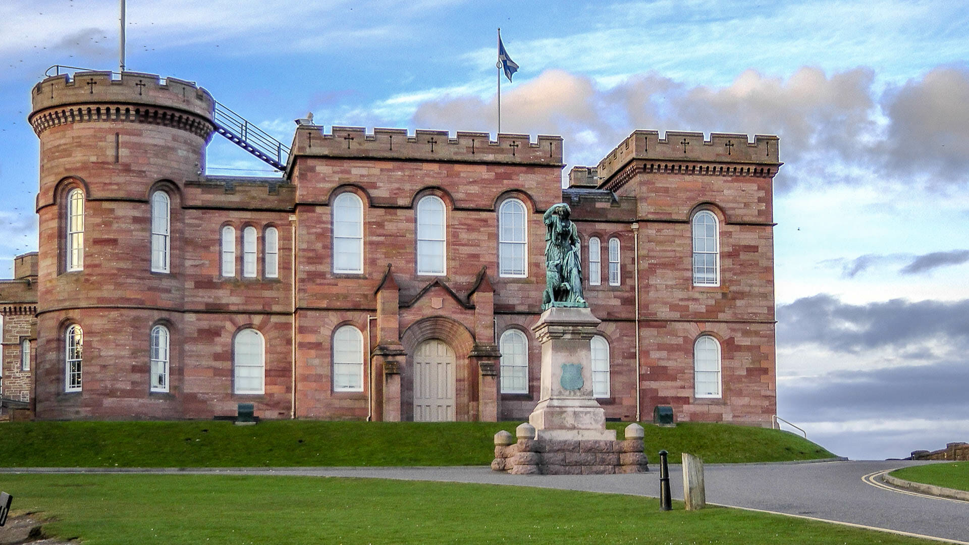 Inverness Castle mit Flora MacDonald-Monument