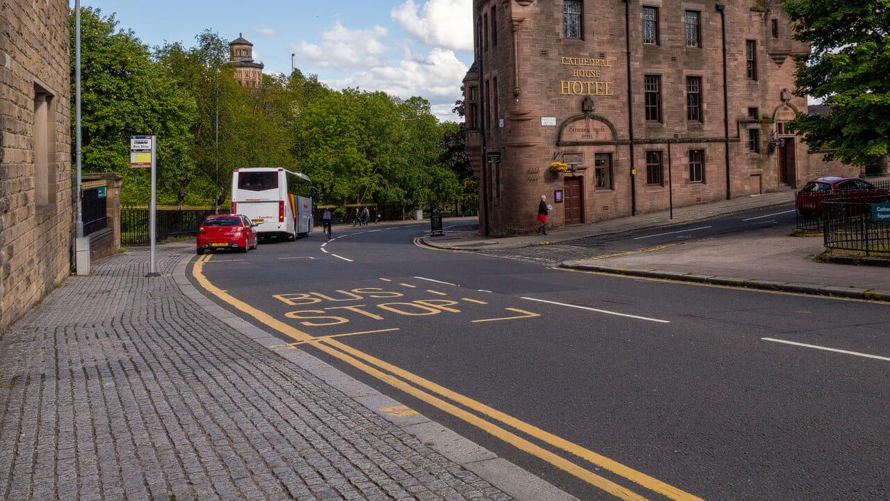 Die gelbe Linie bedeutet: hier nicht parken!