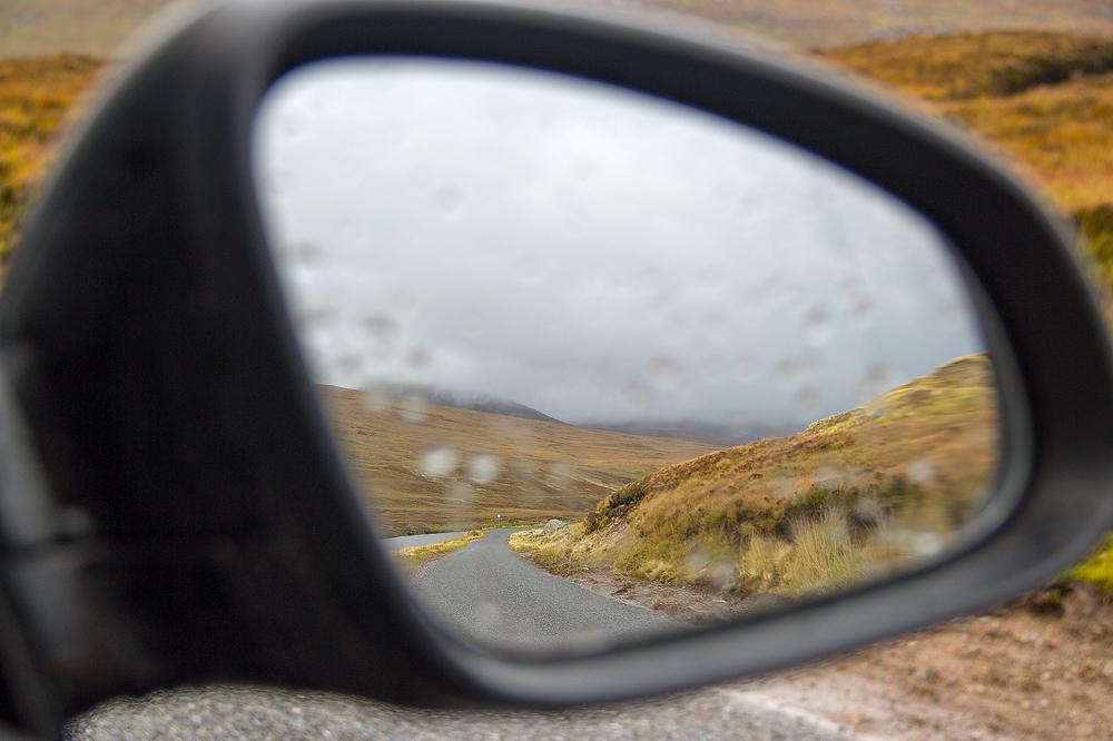 Straße im Rückspiegel