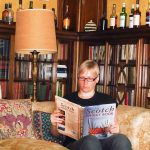"Katrin liest das ""The Scotch Whisky Book"" auf Glengorm Castle"