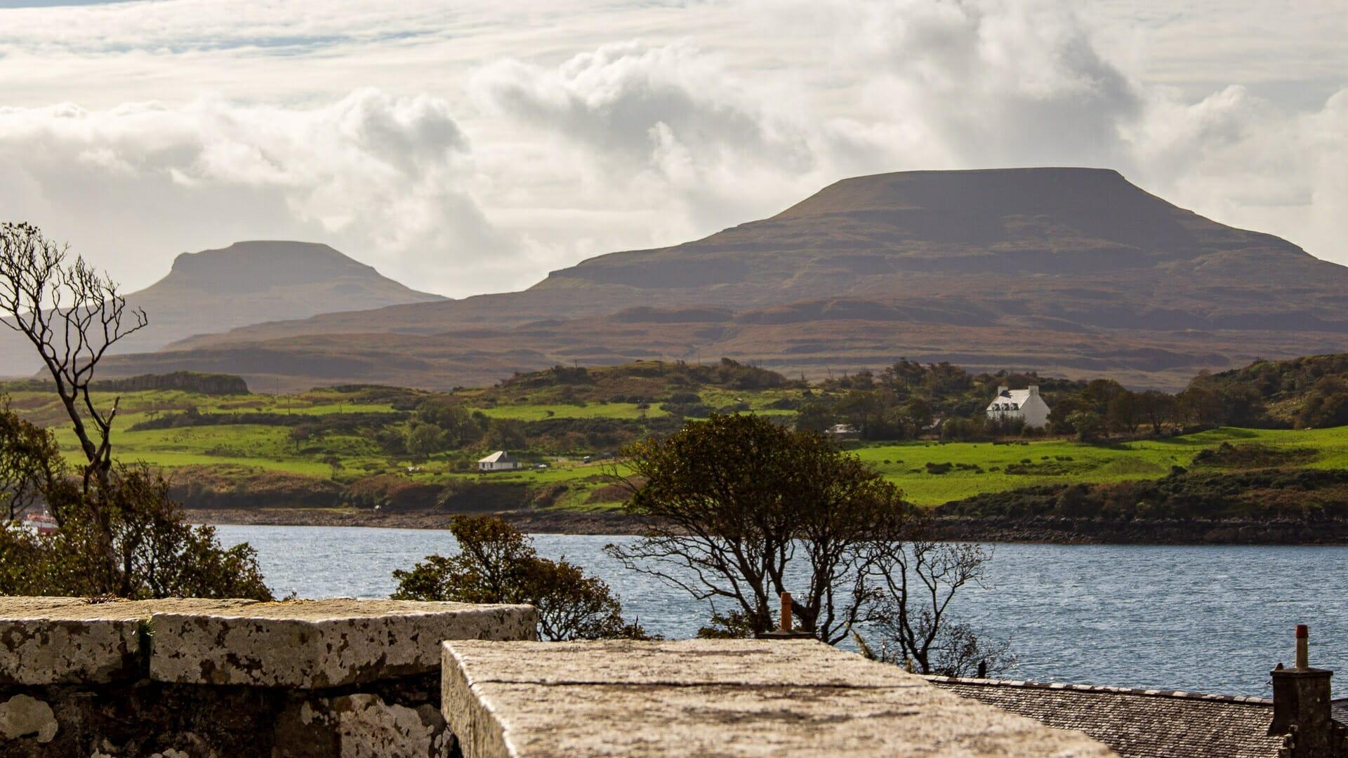 Dunvegan Castle: Blick auf Macleods Tables