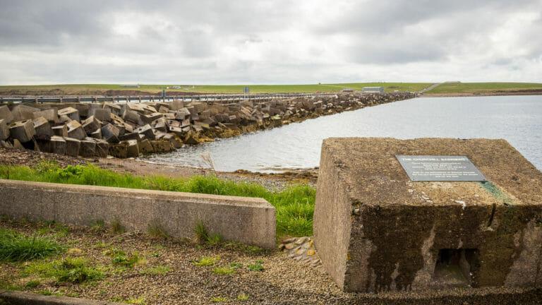 Churchill Barriers Quader mit Plakette
