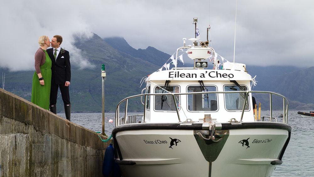 Das Boot Eilean a'Cheo von Misty Isle Boat Trip wartet
