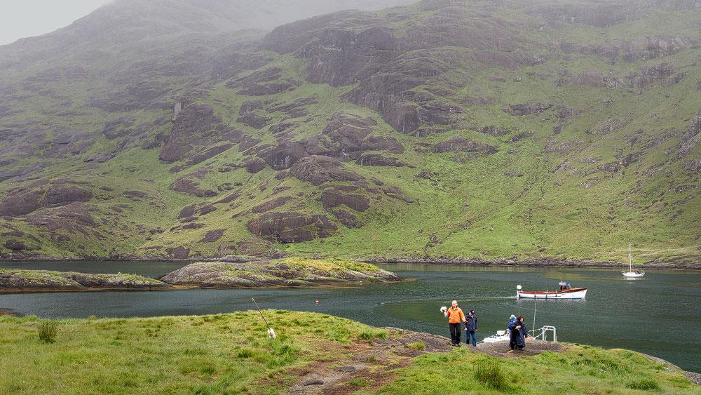Katrin verlässt das Boot am Loch Scavaig