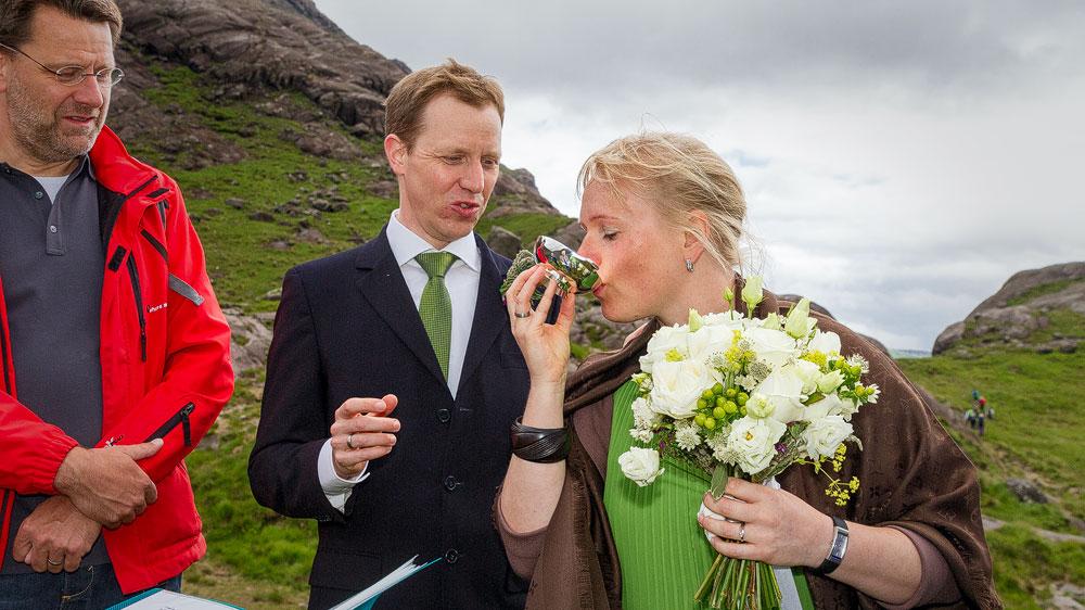 Auch Katrin nimmt einen Schluck und anschließend alle Gäste
