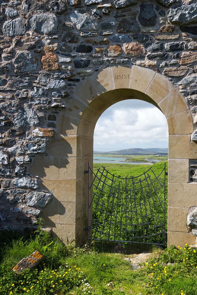 Das neue Portal mit dem Hinweis auf das Restaurierungsdatum 2011