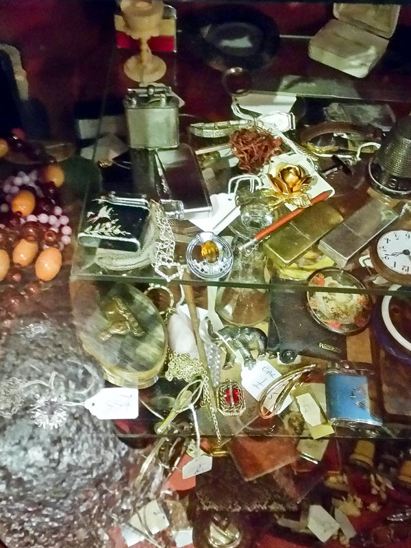 Krimskrams-Virtine bei Courtyard Antiques