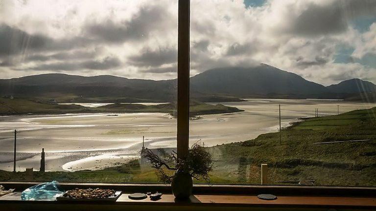 Blick auf den Strand von Uig durch das Fenster von Suainaval