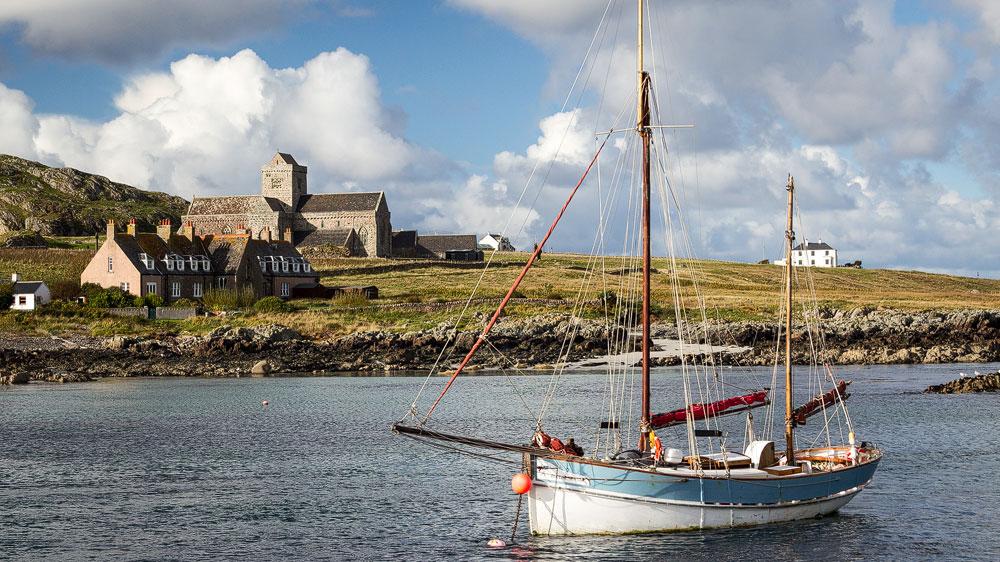 Isle of Iona mit Segelschiff