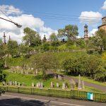 Blick von der Straße auf die Necropolis Glasgow