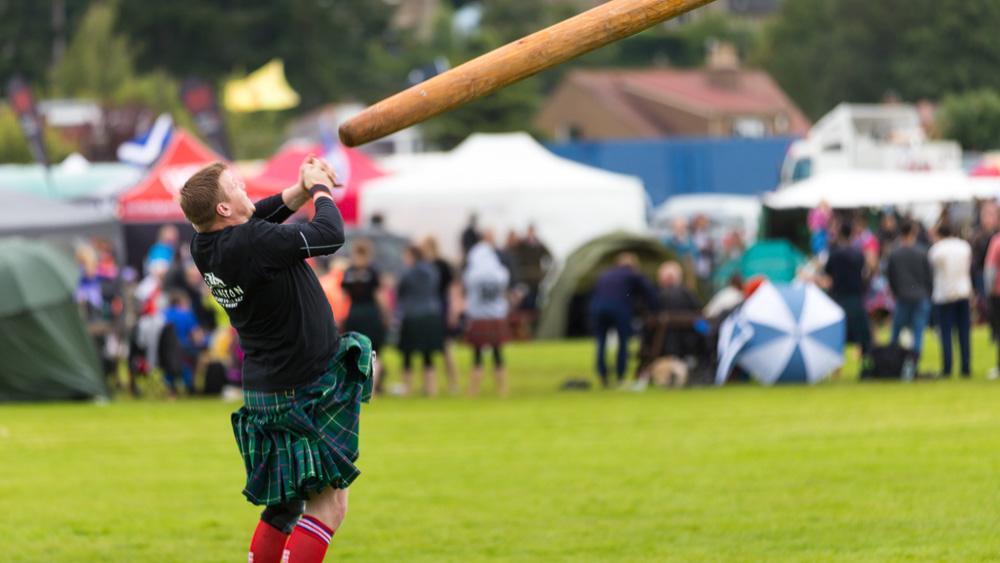 Baumstammwerfen bei den Highland Games