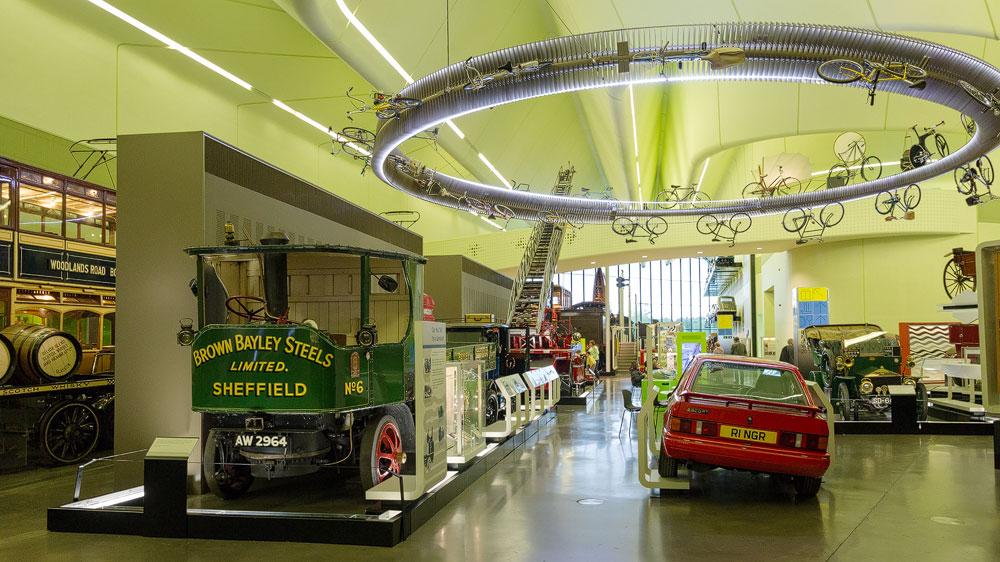 Halle mit Fahrzeugen