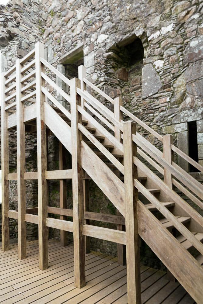 Holztreppen im Inneren bringen Besucher nach oben