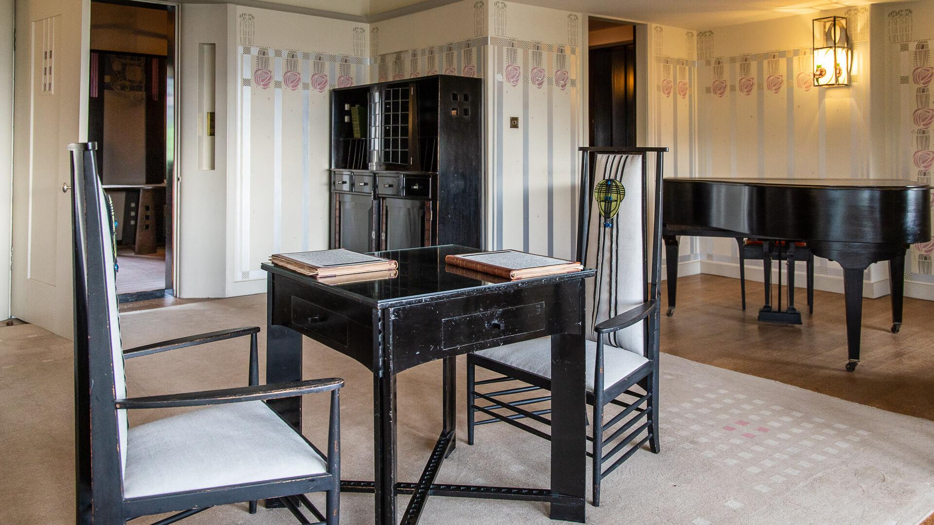 Tische und Stühle im Wohnzimmer