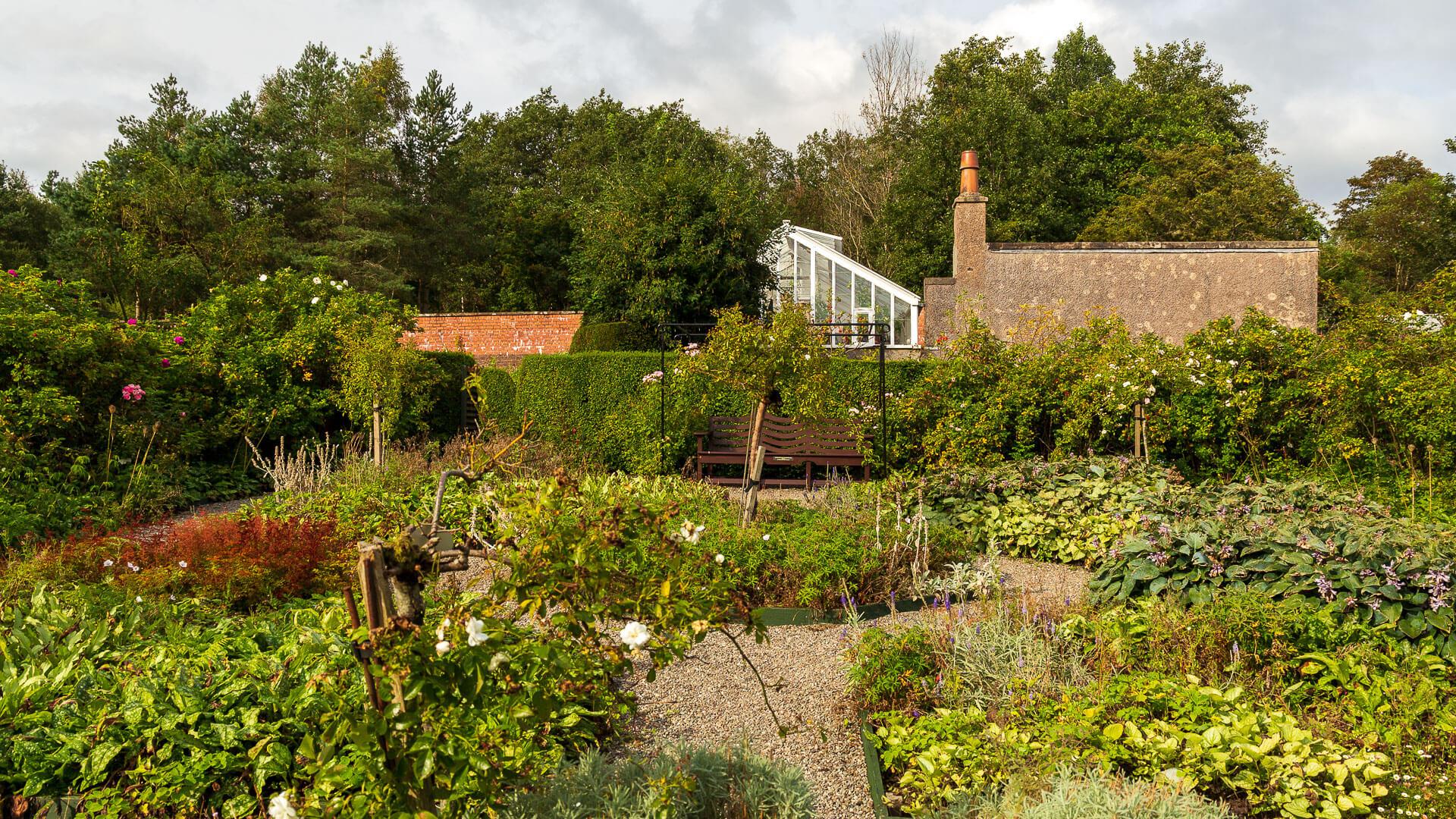 Blick in den Garten des Hill House