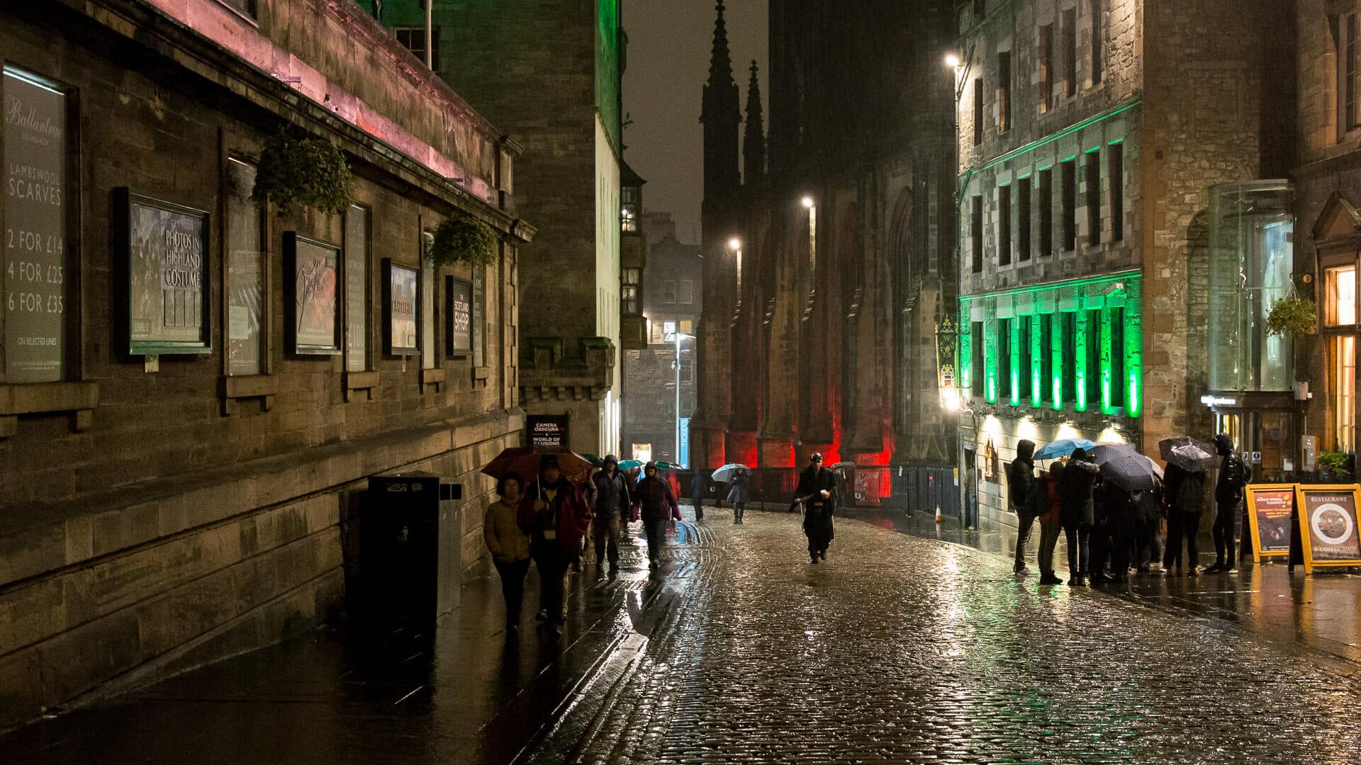 Regen bei Nacht in Edinburgh
