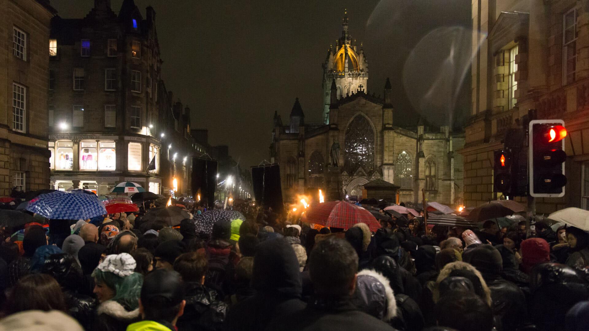 Zuschauer vor der St Giles Cathedral