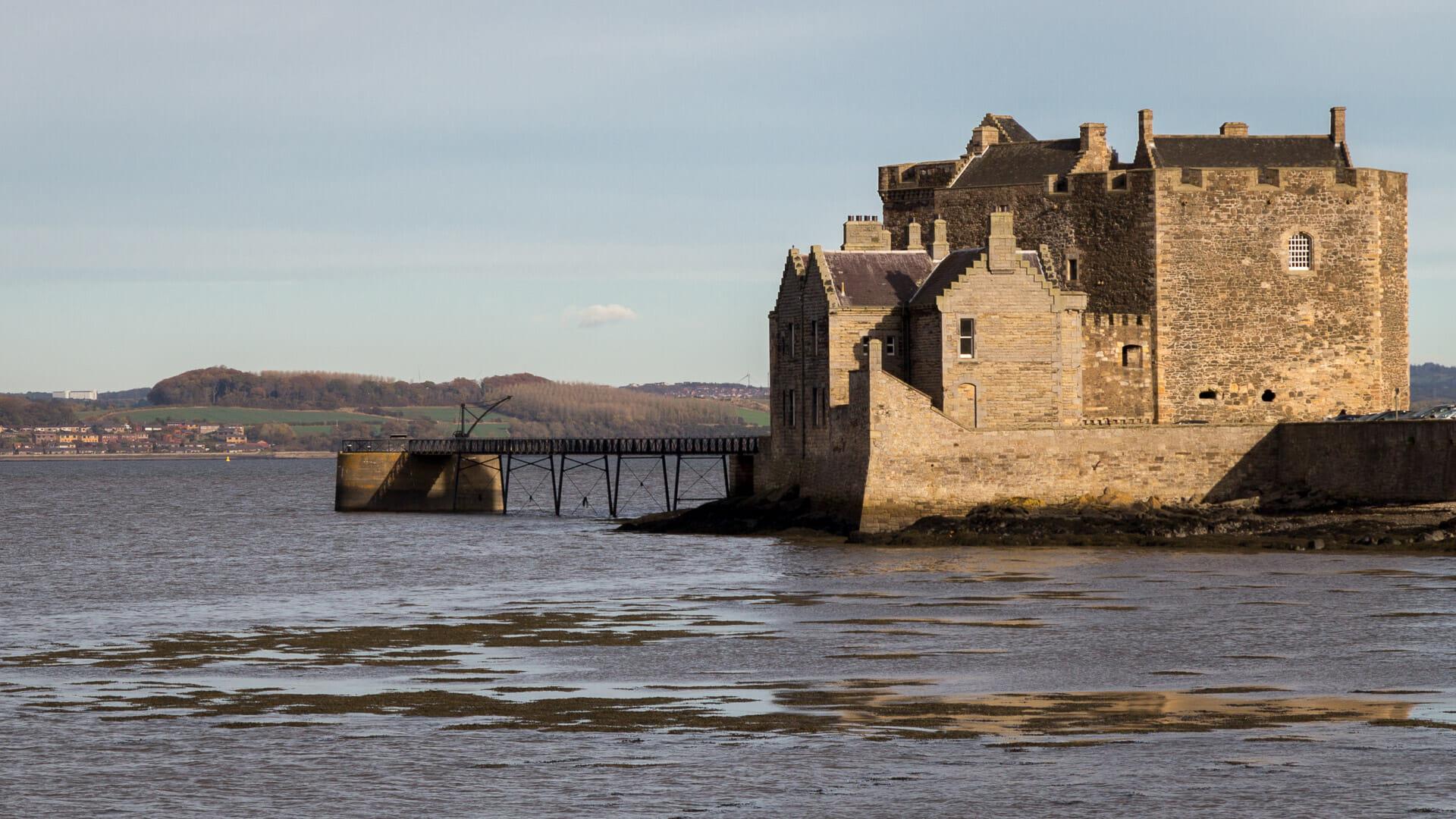 Blackness Castle vom Dorf aus