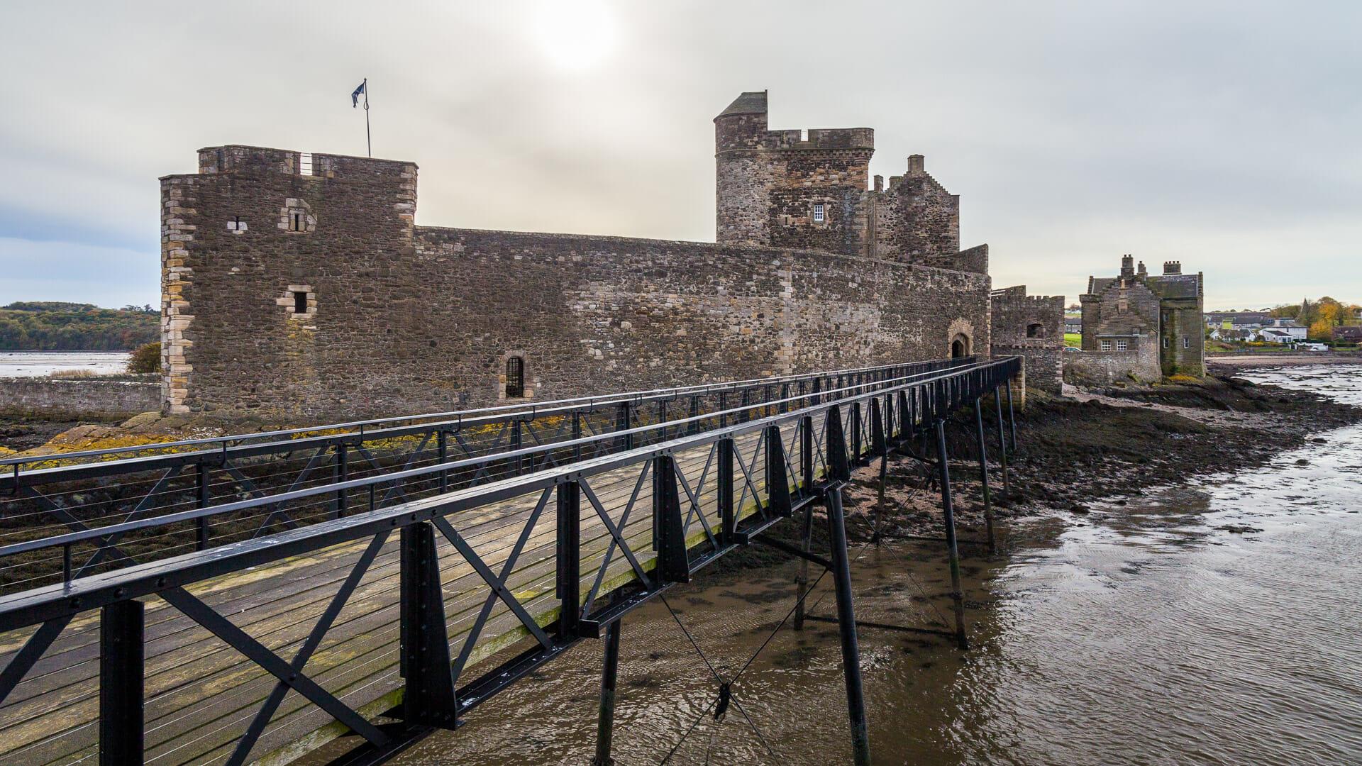 Blackness Castle vom Steg aus