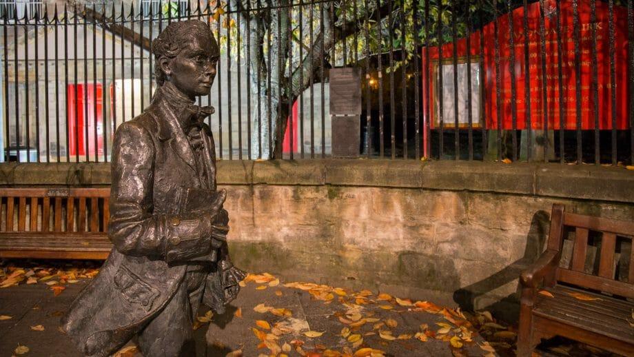 Die Fergusson Statue vor der Canongate Kirk