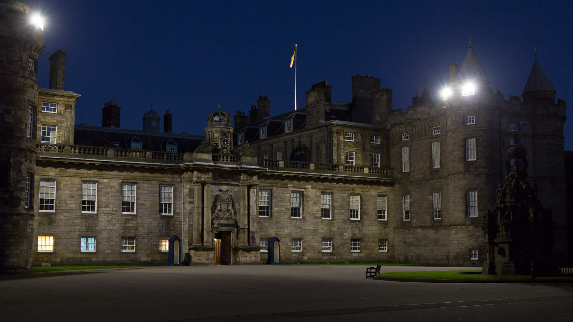 Der Hollyrood Palace ist nachts hell erleuchtet