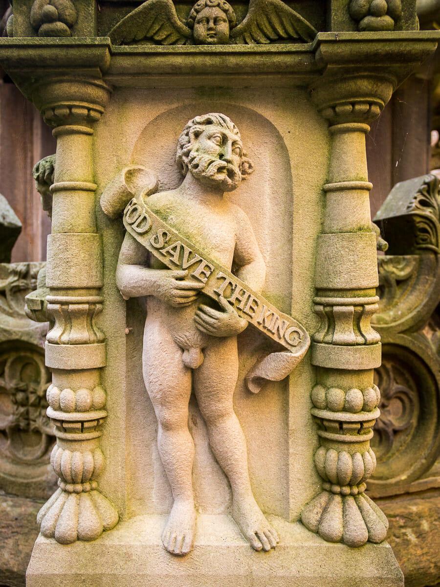Eine Statuette am Brunnen