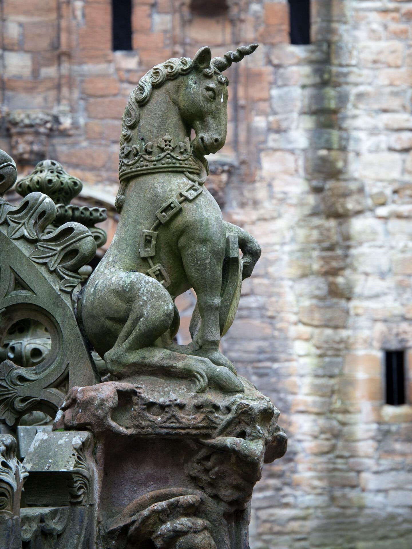 Schottisches Einhorn am Brunnen