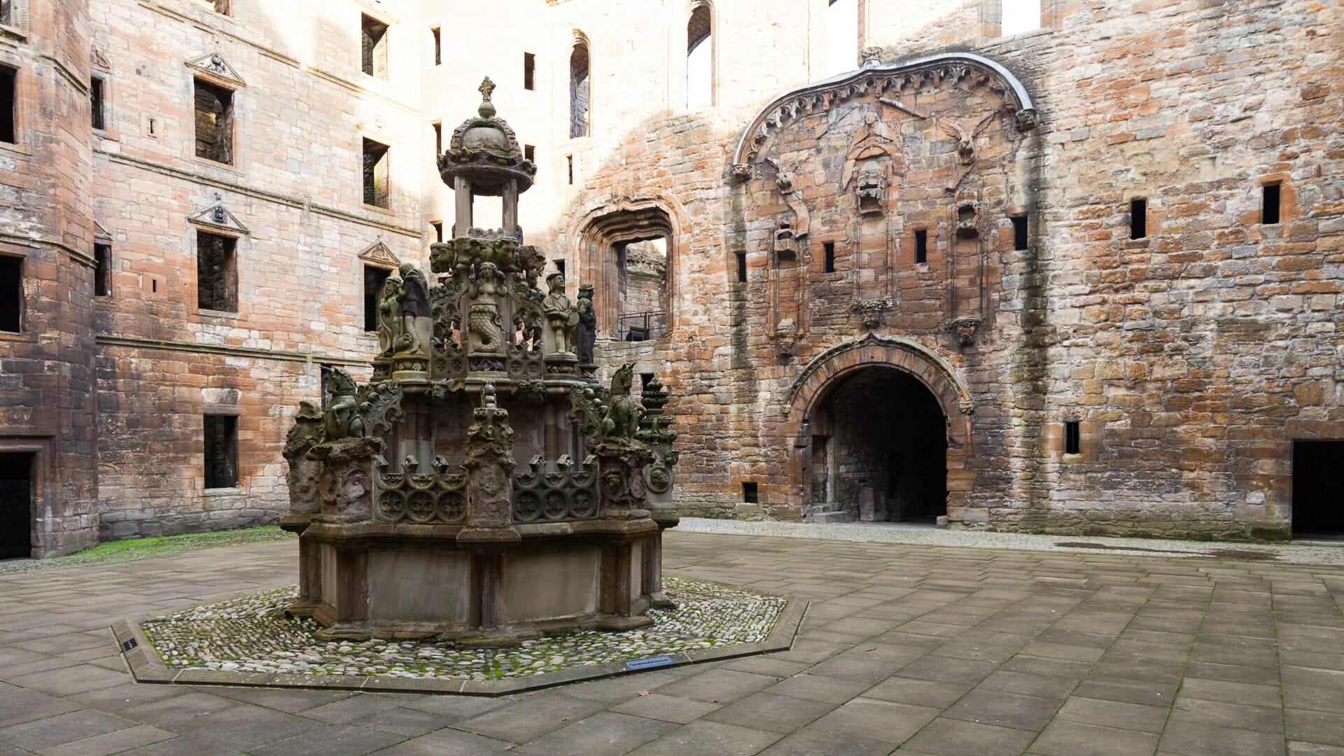 Brunnen und ehemaliges Haupttor des Linlithgow Palace