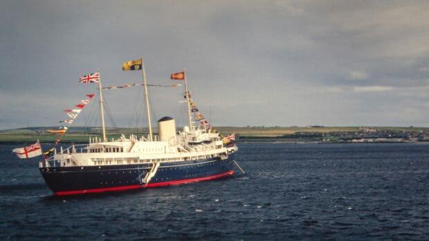 Royal Yacht Britannia in den 1990er bei Thurso - heute liegt sie zum Besichtigen in Leith, Edinburgh