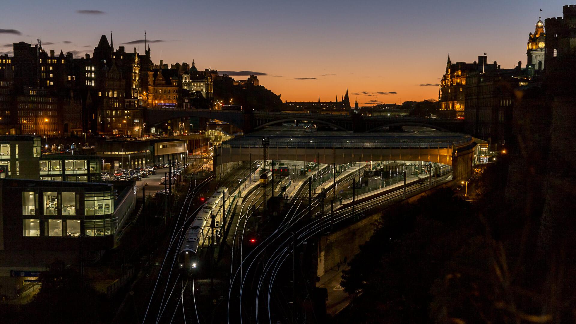 Ein Zug verlässt abends die Waverley Station
