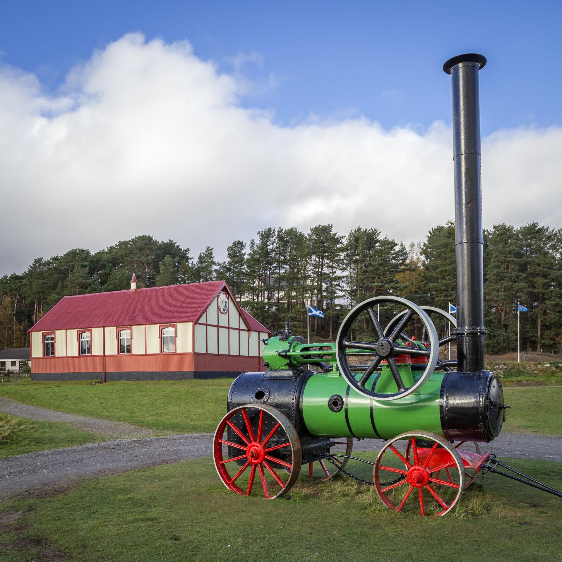 Alte Dampfmaschine mit der Kirche im Hintergrund