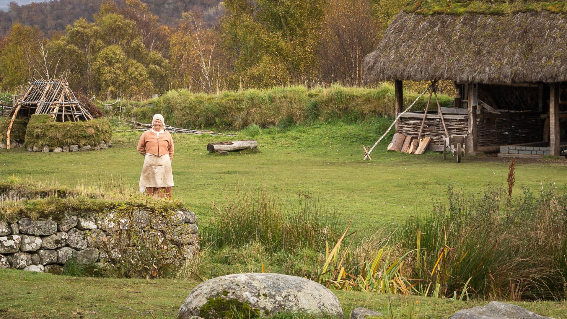Frau im alten Dorf