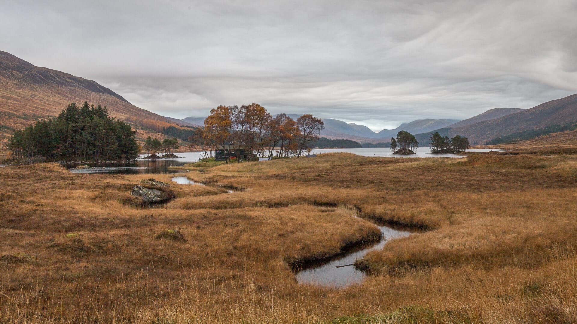 Loch Ossian mit der Jugendherberge im Vordergrund