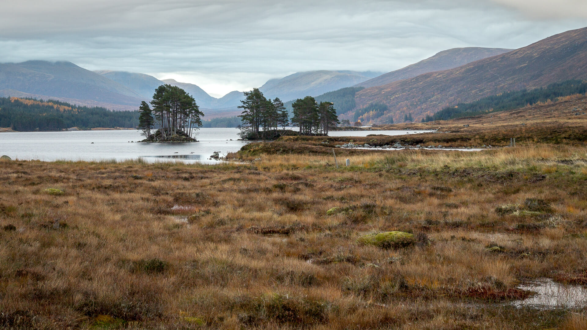Loch Ossian mit Ben Alder im Hintegrund