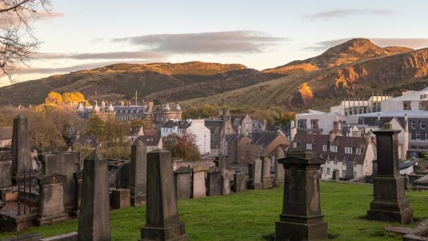 New Calton Burial Ground und die Salisbury Craigs