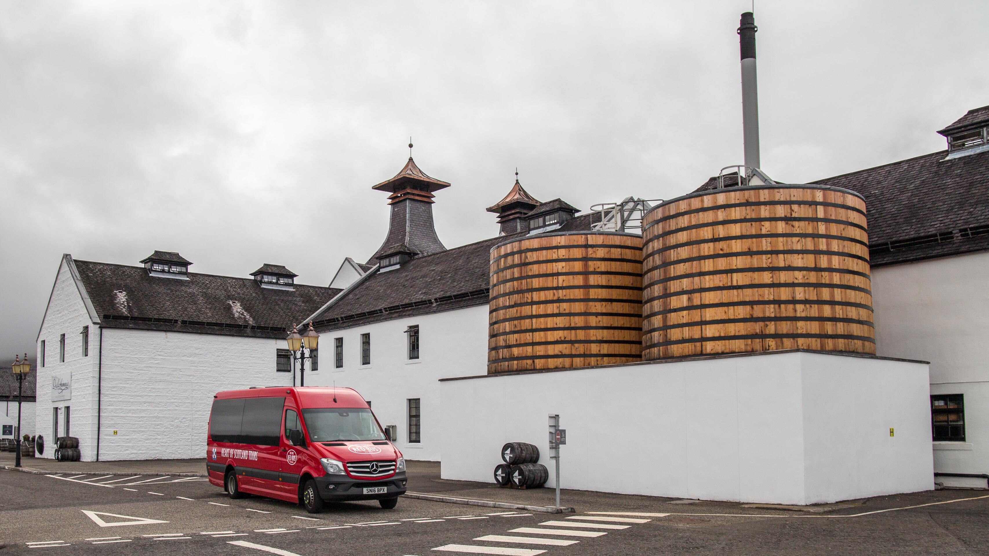 Die auffälligen Bottiche vor der Dalwhinnie Destillerie dienen der Kühlung des Destillats