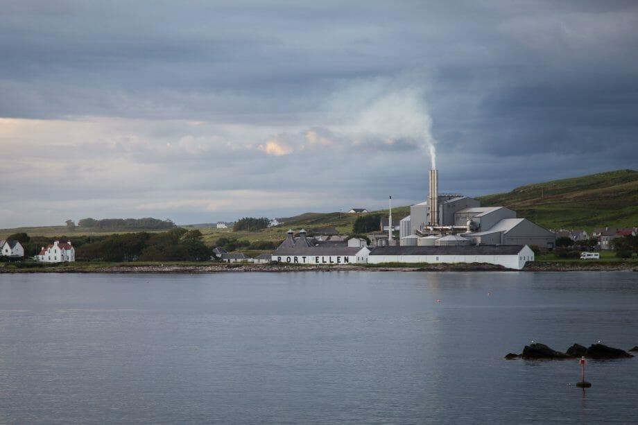 Port Ellen Mälzerei von See aus
