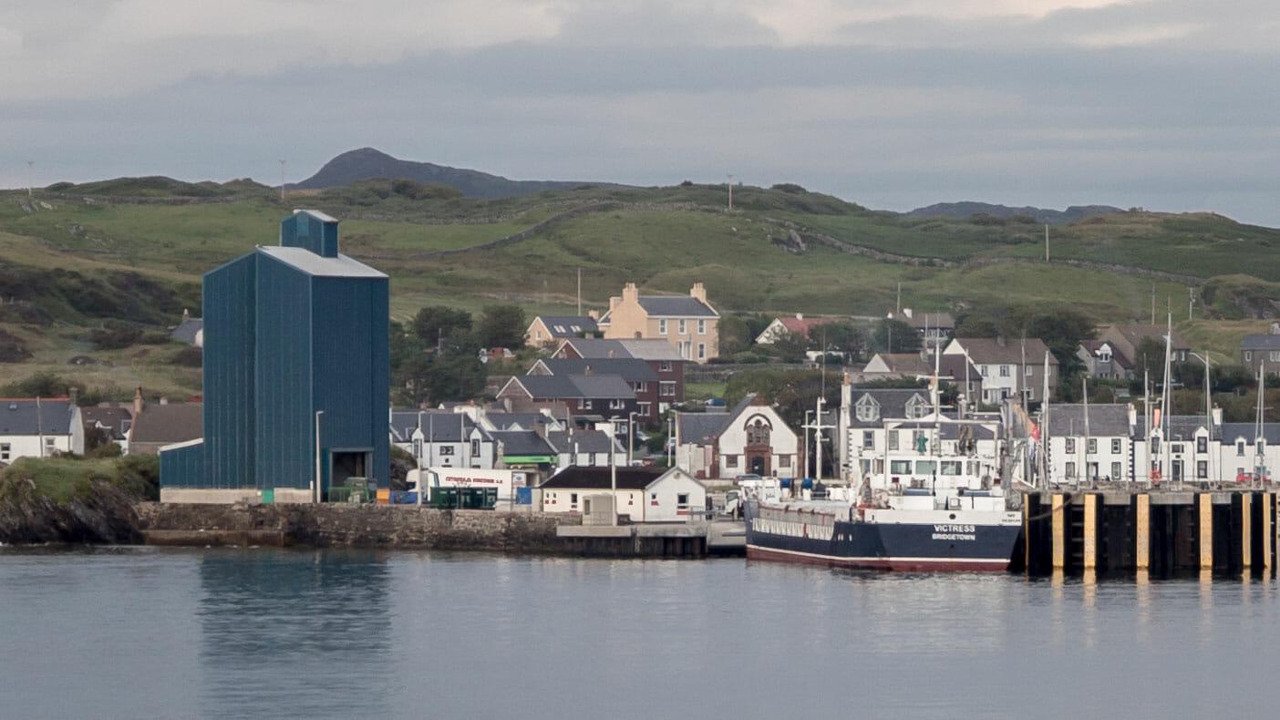 Port Ellen Getreide-Silo (links) und Schiff MV Victress beim Entladen