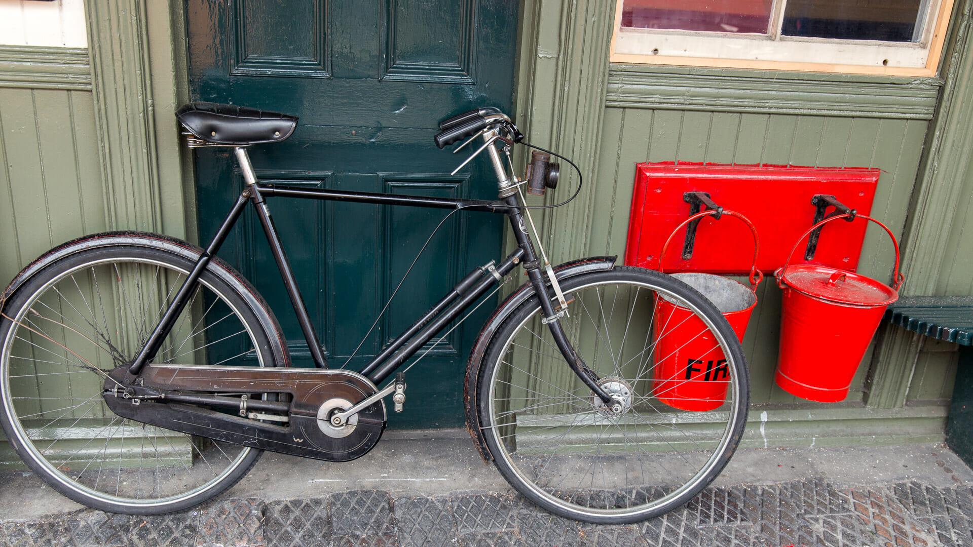 Altes Fahrrad an der Station