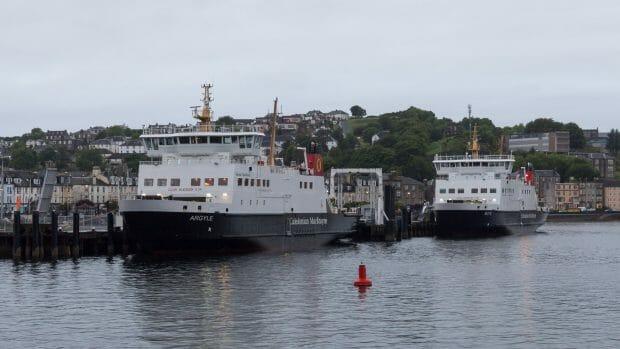 Die beiden Fähren liegen abends in Rothesay am Pier