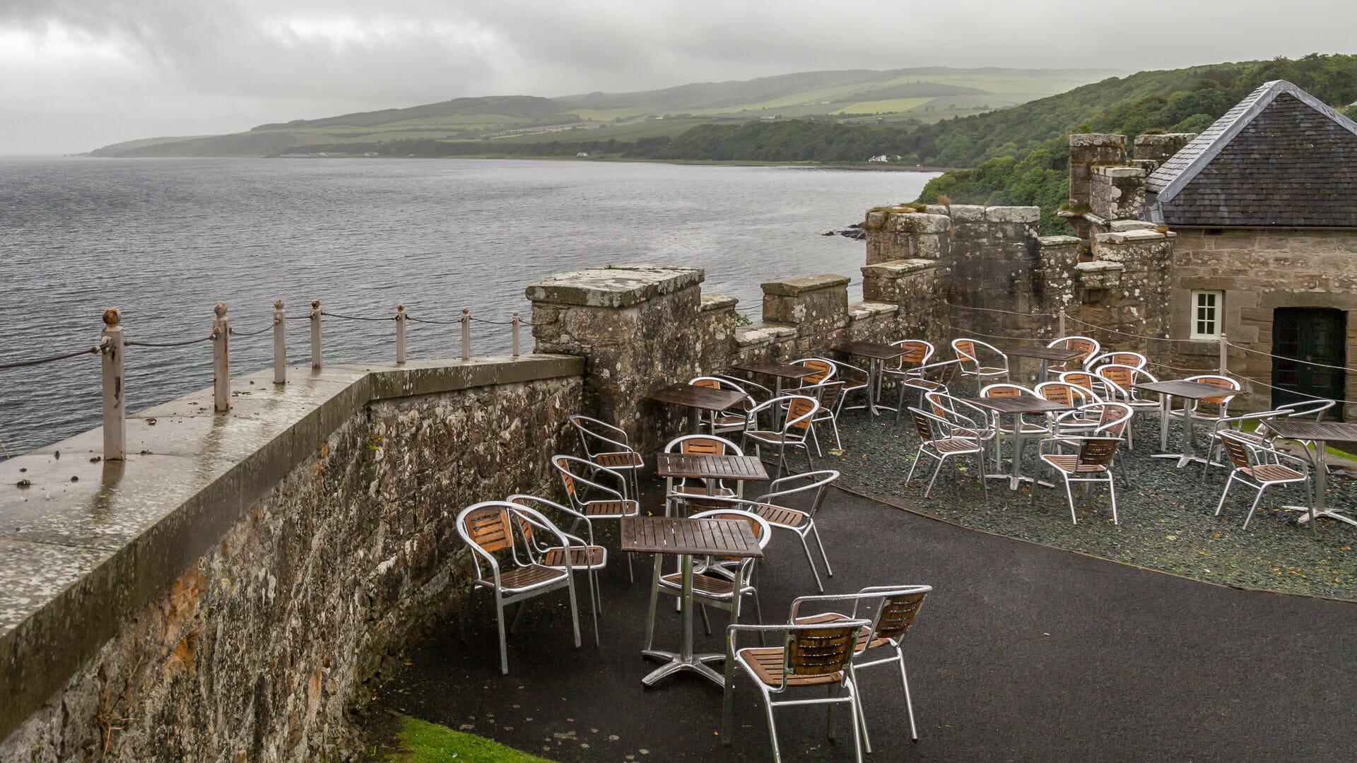 Außenbereich des Cafés bei Regen