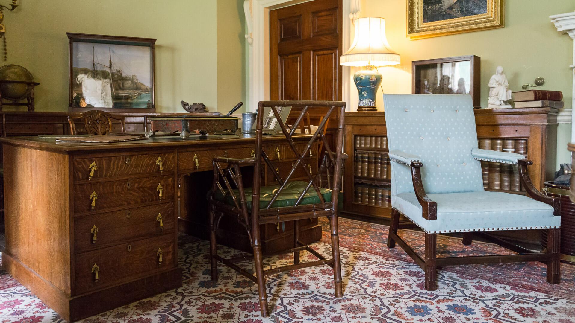 Der Schreibtisch in der Bibliothek