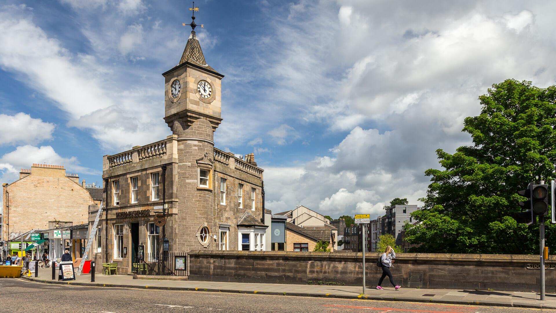 Stockbridge und die alte Bank mit dem Uhrenturm