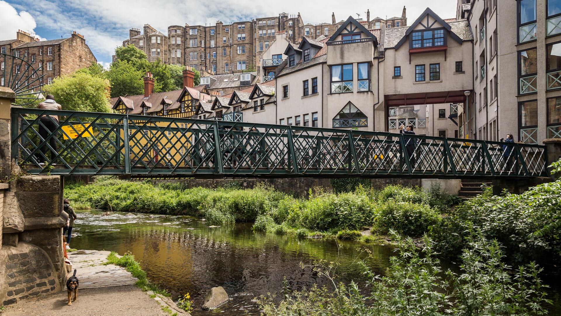 Die Fußbrücke über den Leith