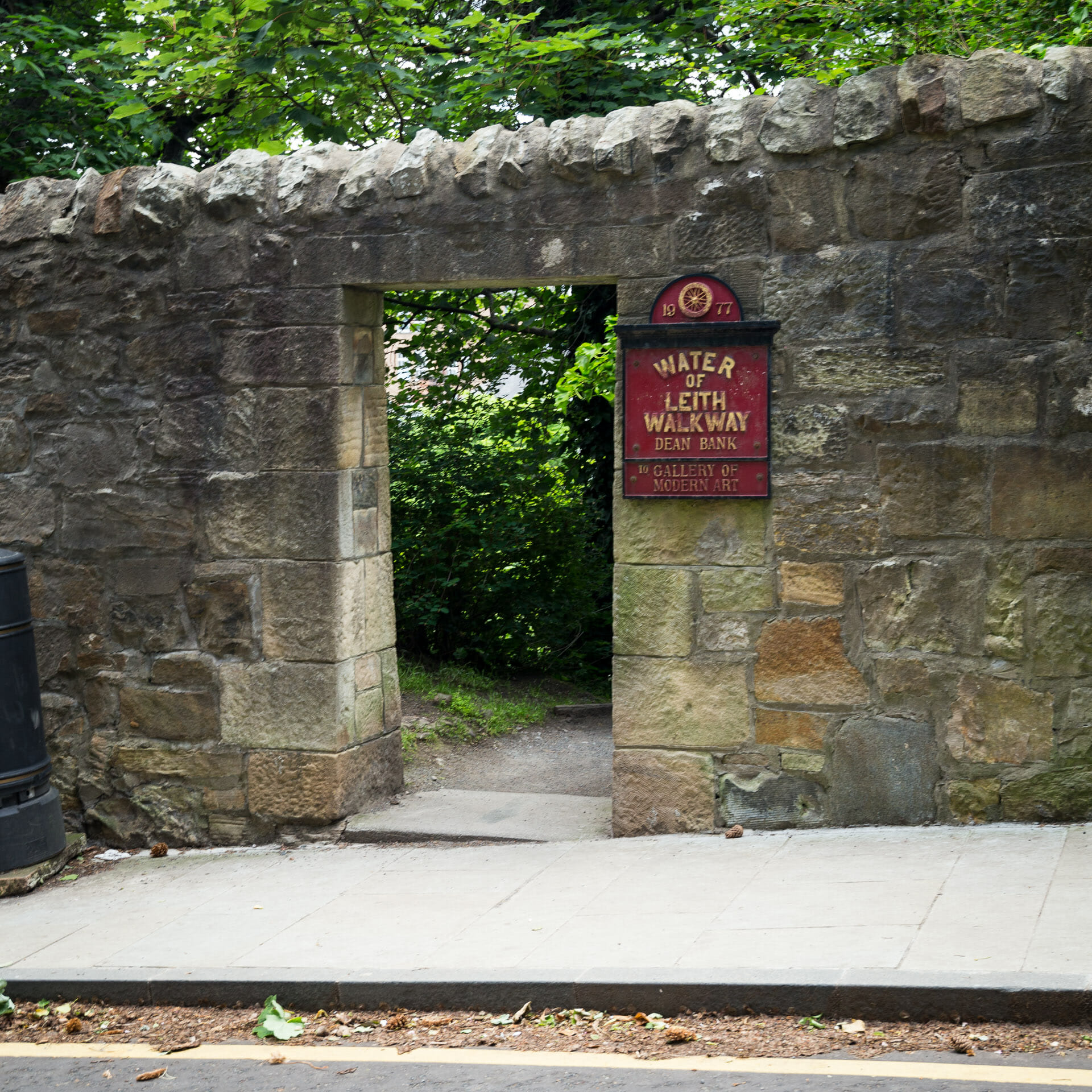 Ausgang des Water of Leith Walkway zum Dean Path